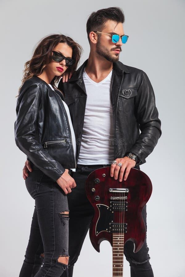 Position de couples de rock embrassée photographie stock libre de droits