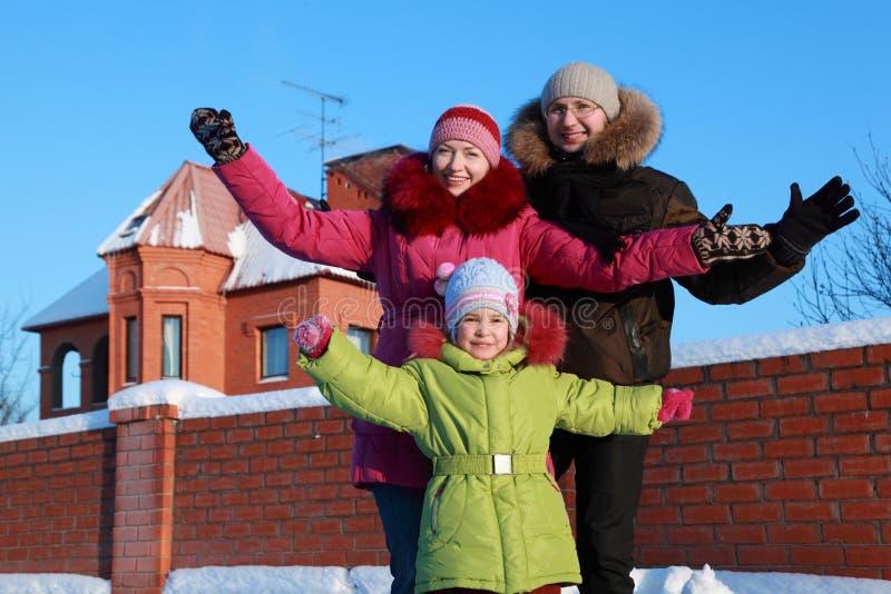 Position de famille et bras répandus à l'extérieur photo libre de droits