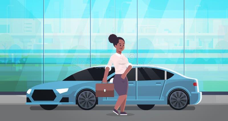 Position de femme d'affaires près de femme de luxe d'afro-américain de voiture dans la valise de participation de tenue de soirée illustration stock