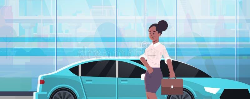 Position de femme d'affaires près de femme de luxe d'afro-américain de voiture dans la valise de participation de tenue de soirée illustration libre de droits