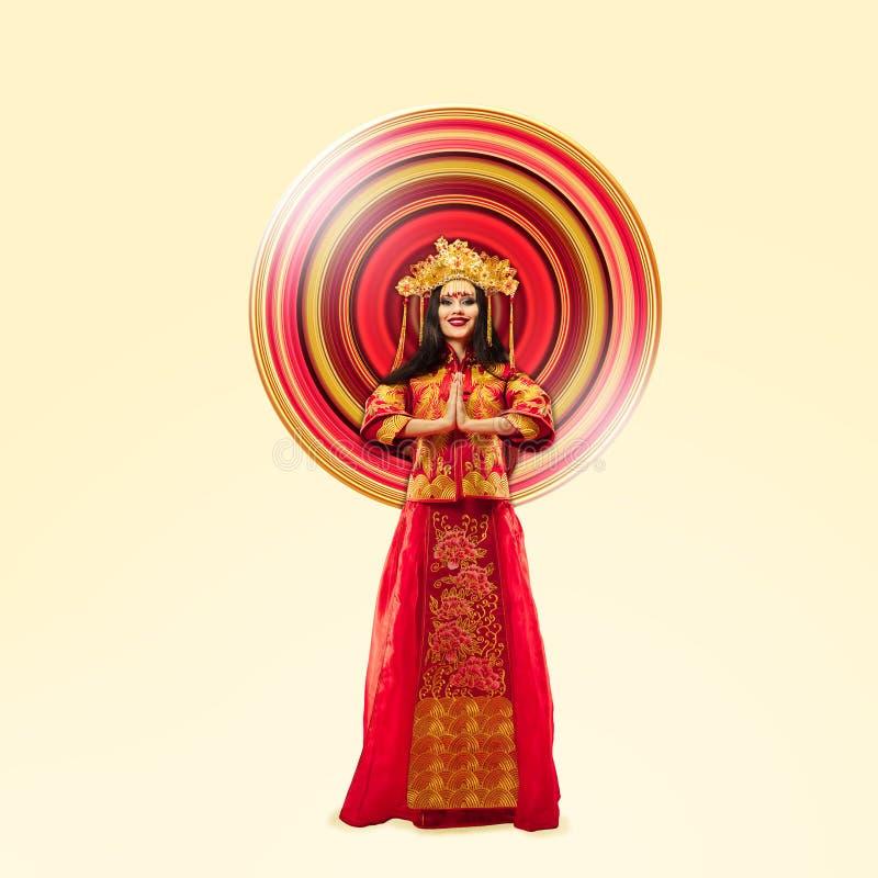 Position de femme dans le costume traditionnel rouge photos libres de droits