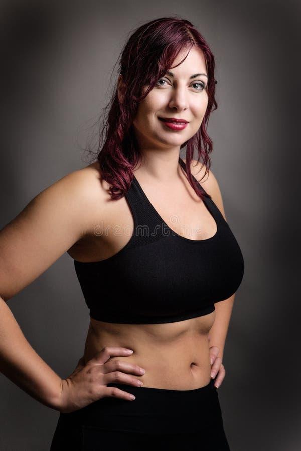 Position de femme de forme physique image stock