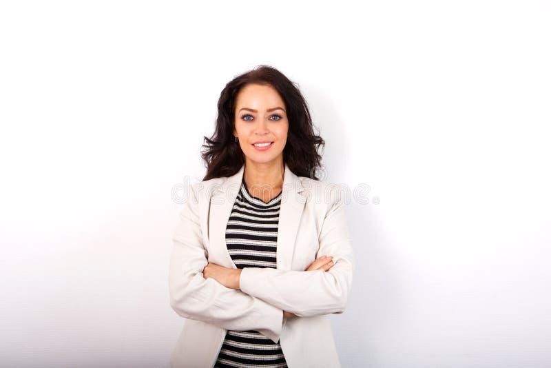 Position de femme de tenue professionnelle décontractée d'isolement sur le fond blanc image stock