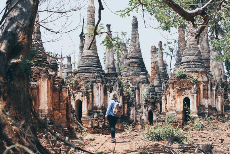 Position de femme devant la pagoda de Shwe Indein sur le lac Inle, Myanmar photographie stock libre de droits