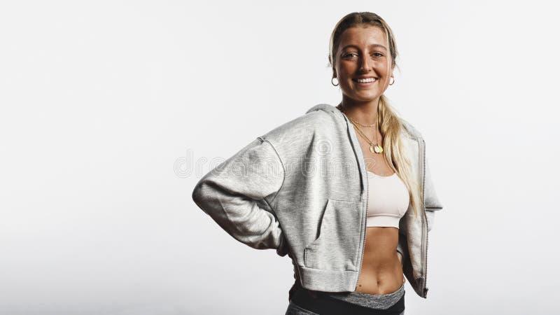 Position de femme de forme physique dans des vêtements de séance d'entraînement image libre de droits