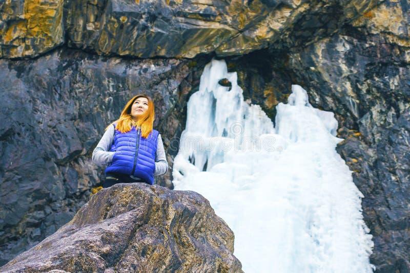 Position de femme de voyageur de liberté photo stock