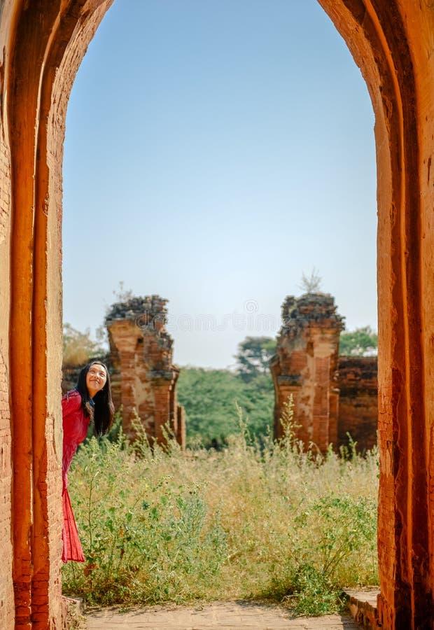 Position de fille à la porte de la ruine de pagoda de Myanmar photo stock