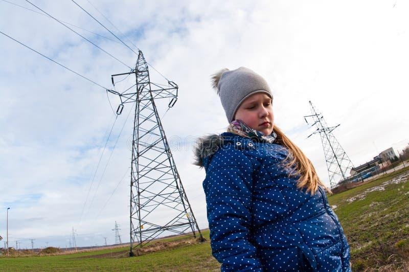 Position de fille près d'un pylône, mauvaise influence sur le concept de personnes image stock