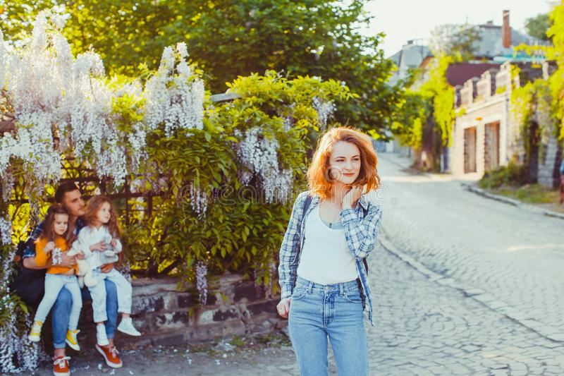 Position de jeune femme devant sa famille dans la vieille ville photographie stock libre de droits