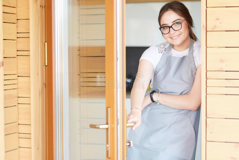 Position de jeune femme pr?s de bureau dans la cuisine photos stock