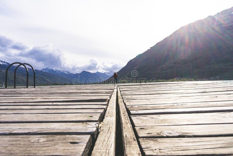 position de jeune fille seule au centre du cadre regardant vers le siège Paysage paisible et beau Un long photographie stock libre de droits
