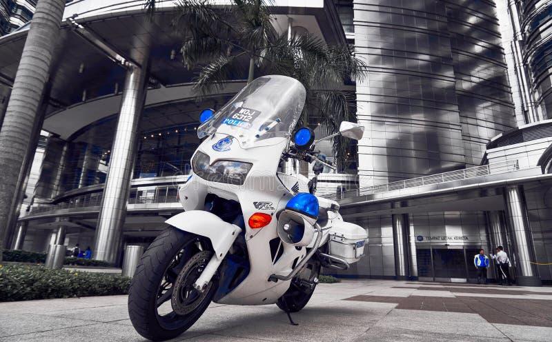 Position de motocyclette de police devant le lobby de Tour jumelle de Petronas photo libre de droits