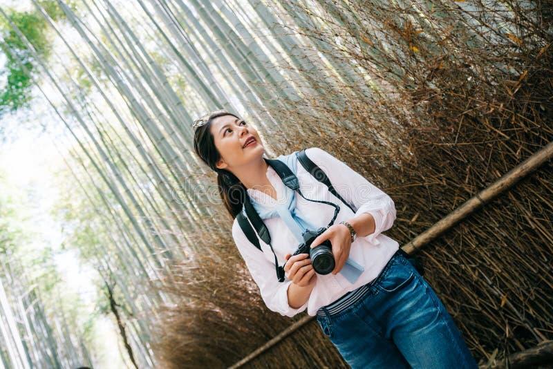 Position de photographe à côté de la forêt en bambou image libre de droits