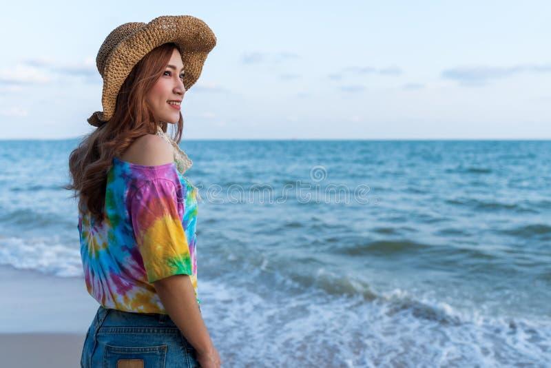 Position de port de chapeau de femme sur la plage de mer photo libre de droits