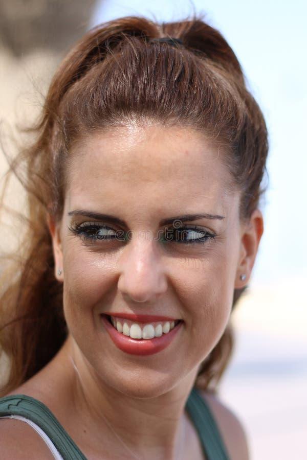 Position de portrait de côté de femme de brune extérieure, regardant vers la gauche, avec le fond unfocused images stock