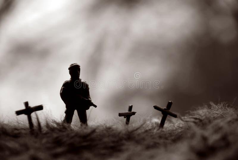 Position de poupée de soldat sur la tombe images stock