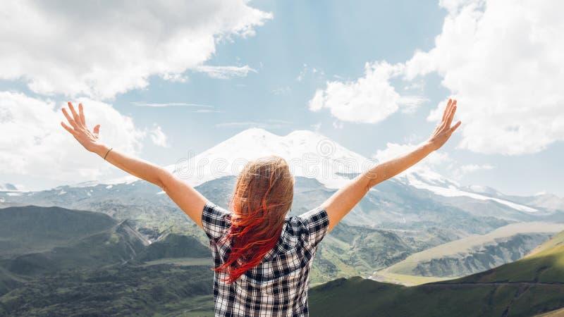 Position de randonneur de jeune femme sur la montagne de Cliff And Enjoy The View en été, vue arrière image libre de droits