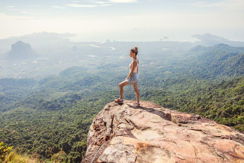 Position de randonneur de jeune femme sur une montagne image stock