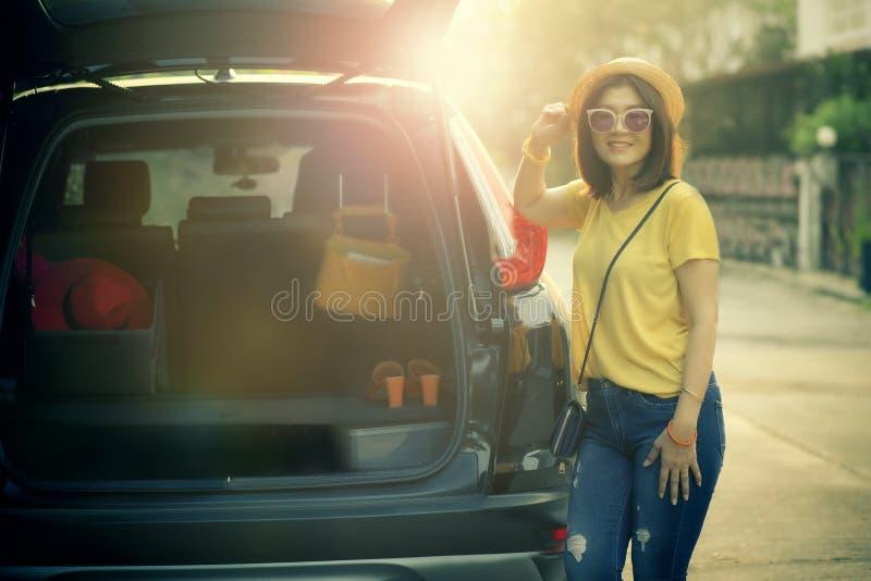 Position de sourire toothy d'émotion de bonheur de visage de femme de voyageur sur le dos de la voiture de suv prêt pour le voyag photos stock