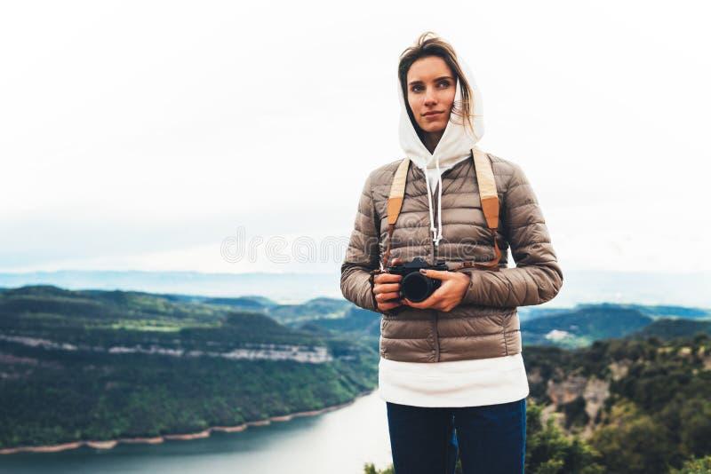 Position de touristes de voyageur de photographe sur le dessus vert sur la montagne se tenant dans la caméra numérique de photo d image stock