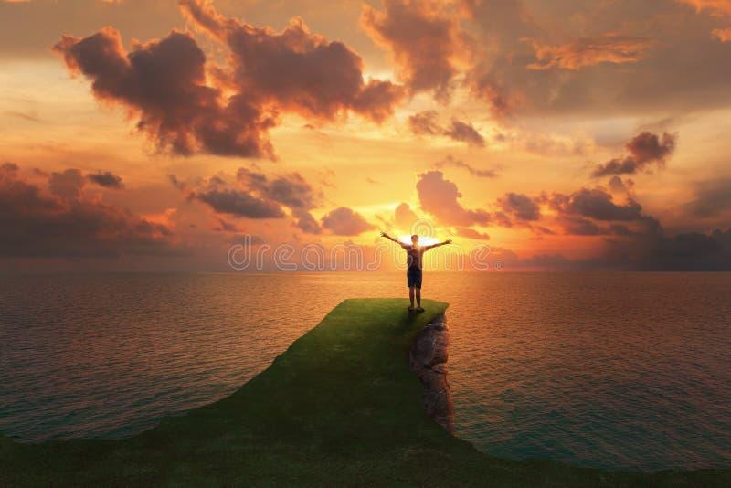 Position de voyageur d'homme sur le dessus d'une falaise image libre de droits