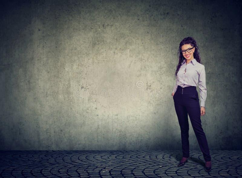 Position et sourire gais de femme d'affaires photographie stock
