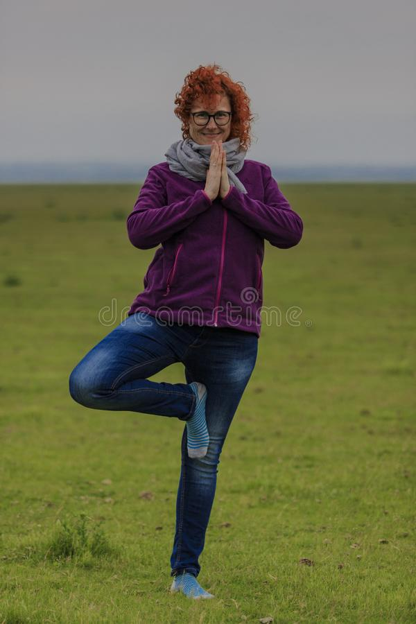 Position för träd för yoga för rödhårig mankvinna övande arkivbilder