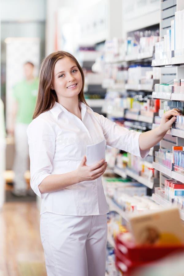Position femelle dans la pharmacie photographie stock libre de droits