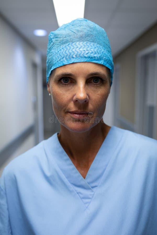 Position femelle mûre de chirurgien dans le couloir d'hôpital photos stock