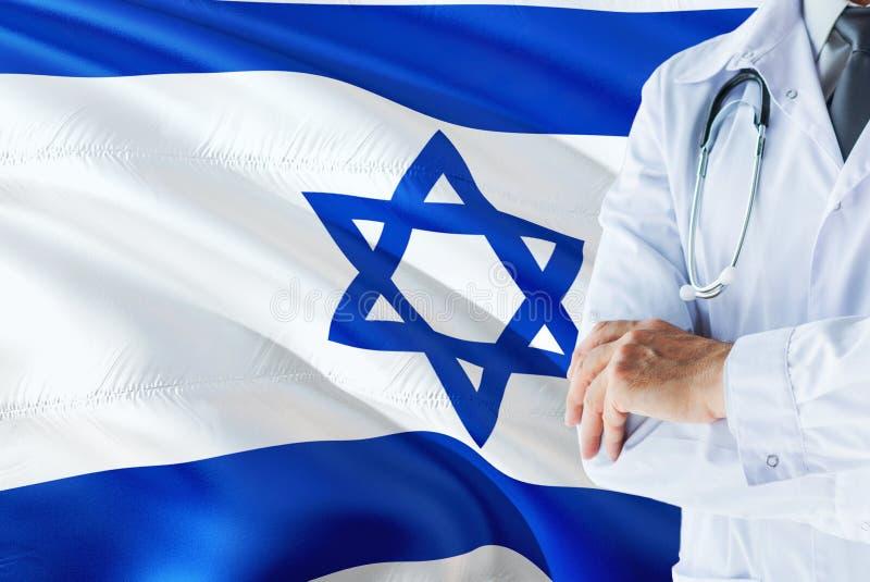 Position israélienne de docteur avec le stéthoscope sur le fond de drapeau de l'Israël Concept de syst?me de sant? national, th?m photo libre de droits