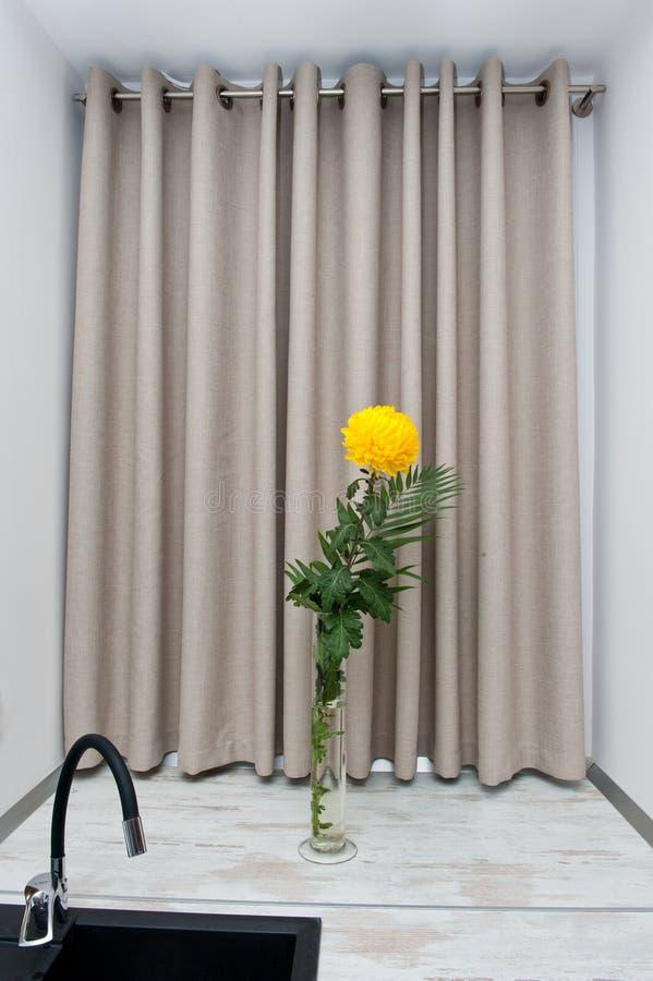 Position jaune de fleur de chrysanthème dans un vase sur le rebord de fenêtre image stock