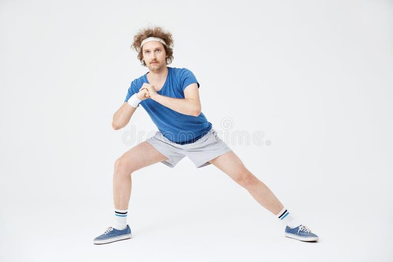 Position latérale profonde de mouvement brusque Rétro homme dans des vêtements de style ancien image stock