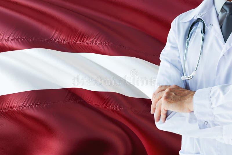 Position letton de docteur avec le stéthoscope sur le fond de drapeau de la Lettonie Concept de syst?me de sant? national, th?me  photographie stock libre de droits