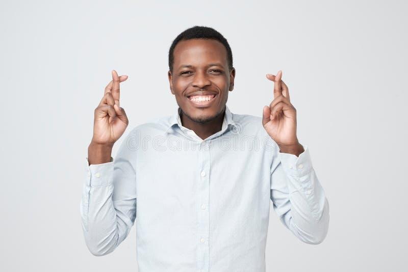 Position masculine africaine belle avec les doigts croisés ayant parler en faveur l'expression photo libre de droits