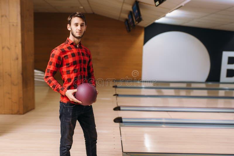 Position masculine de lanceur sur la boule de ruelle et de prises photos libres de droits