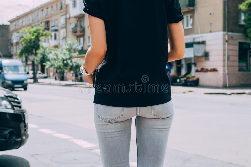Position mince de jeune femme devant la voie urbaine photos stock