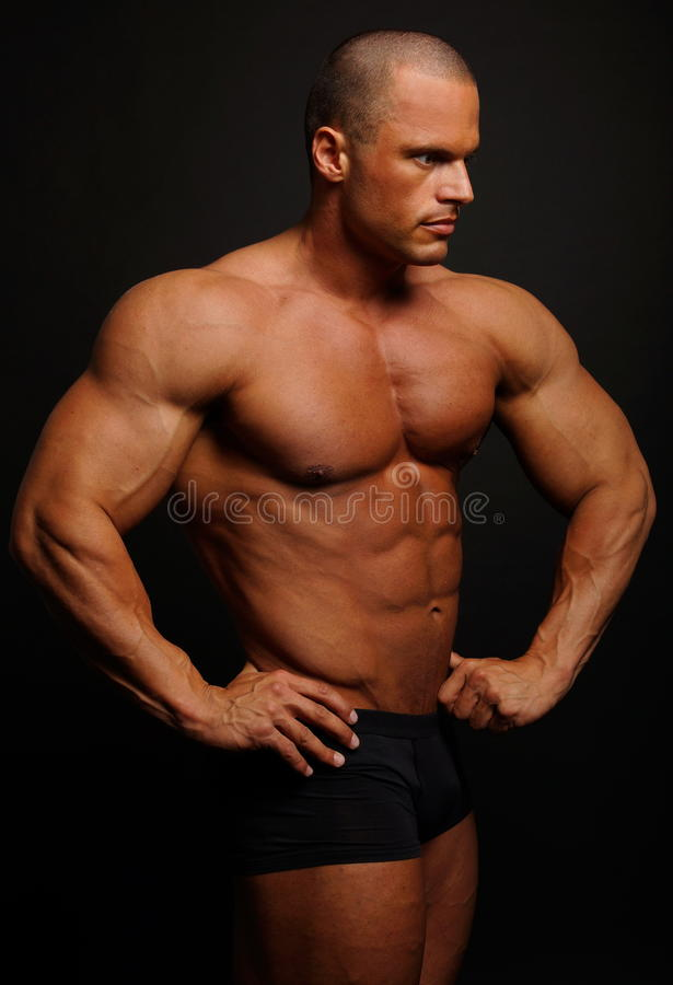 Position musculaire d'homme image stock