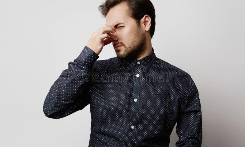 Position occasionnelle barbue belle d'homme d'isolement sur un fond vide blanc et regarder loin photo libre de droits