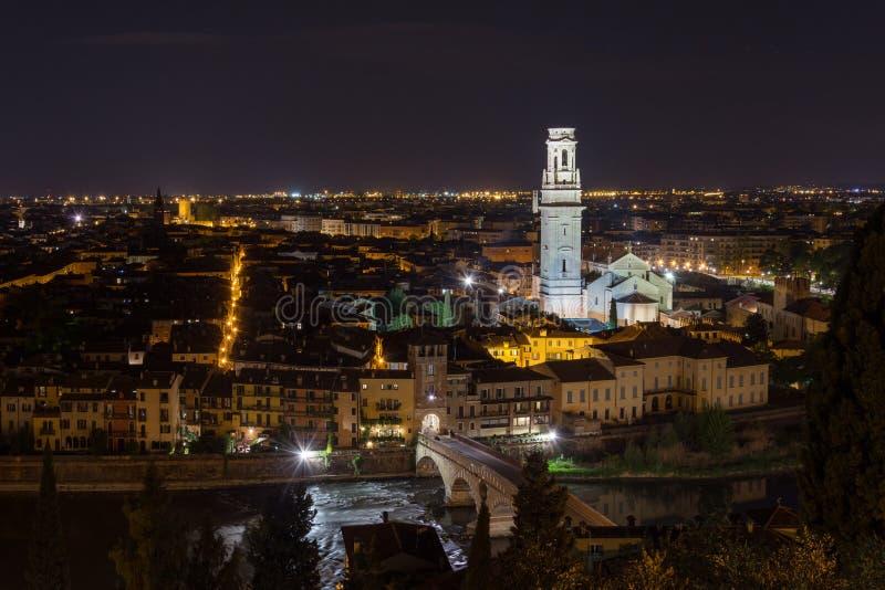 Position panoramique de nuit de Vérone adoptée de Castel San Pietro photographie stock