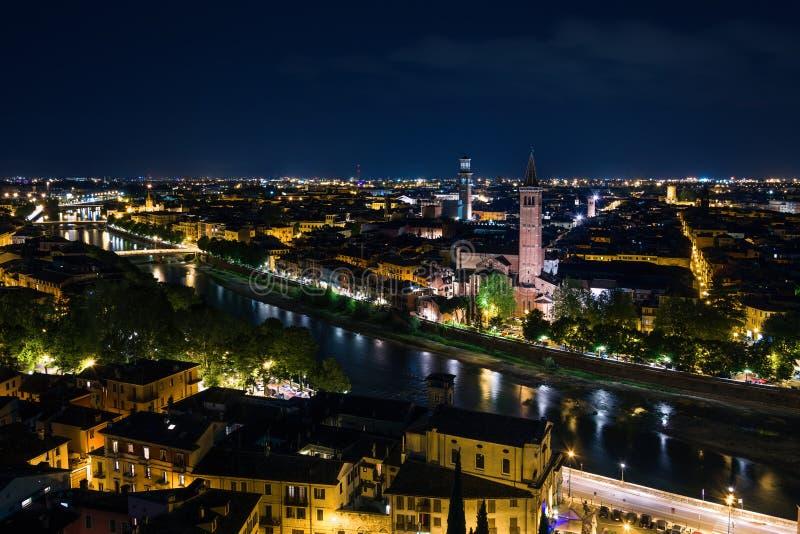 Position panoramique de nuit de Vérone adoptée de Castel San Pietro photographie stock libre de droits