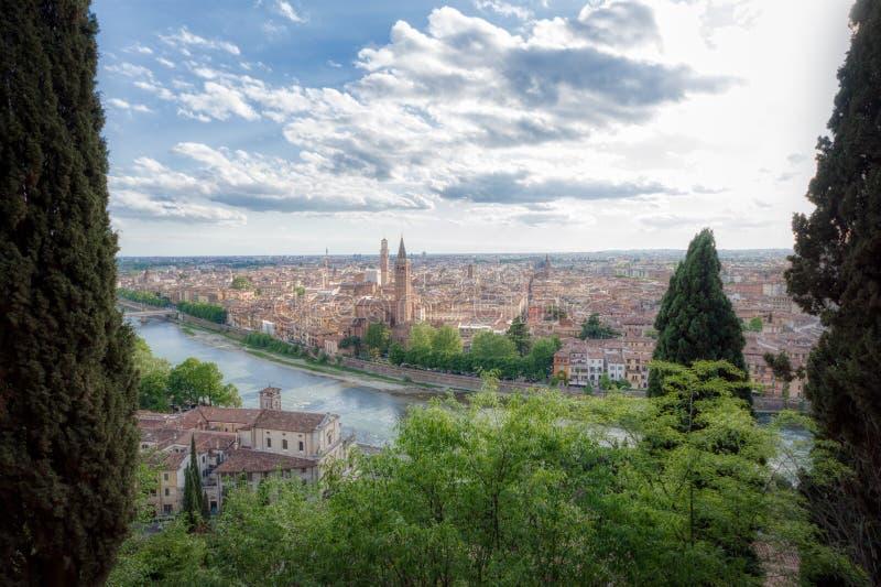 Position panoramique de Vérone adoptée de Castel San Pietro photos stock