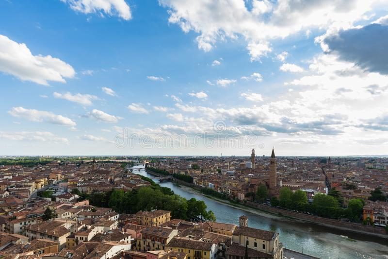 Position panoramique de Vérone adoptée de Castel San Pietro image libre de droits