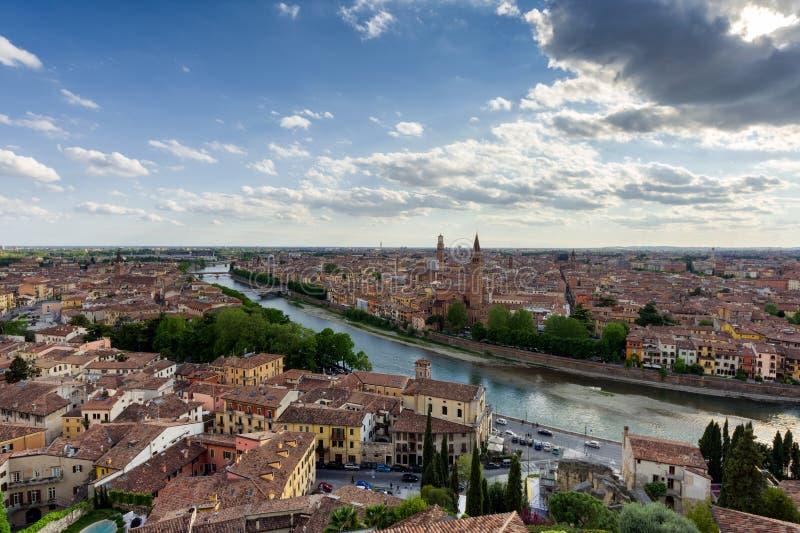 Position panoramique de Vérone adoptée de Castel San Pietro images libres de droits