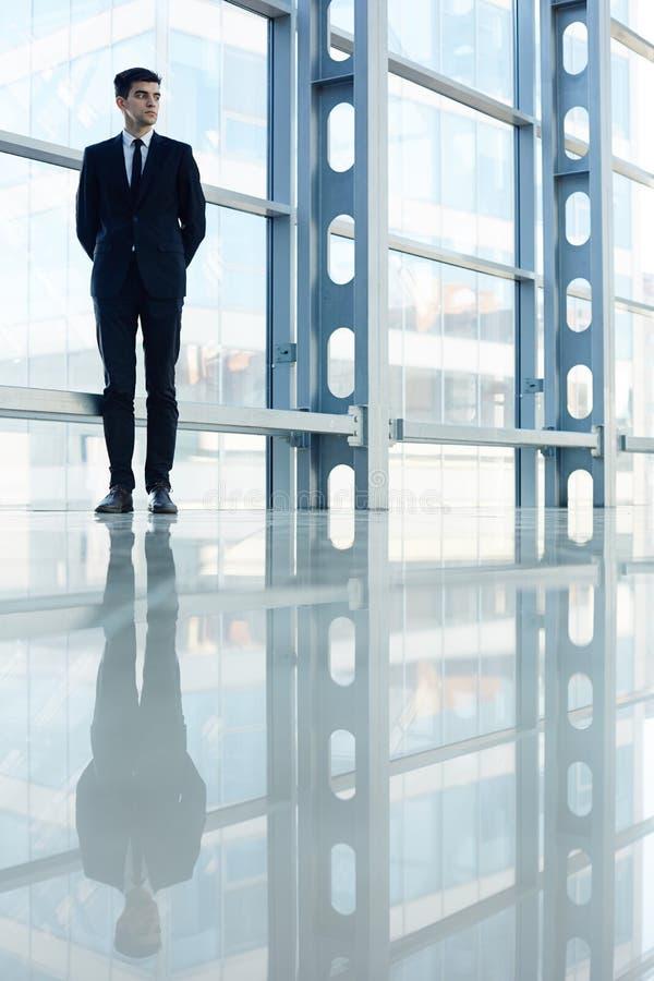 Position professionnelle d'affaires dans Hall de verre moderne images stock