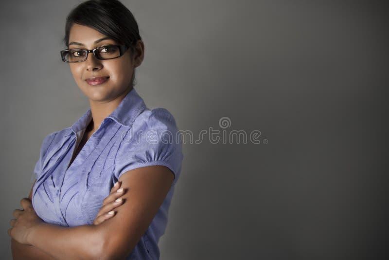 Position professionnelle de bras de pli de femme d'affaires image stock