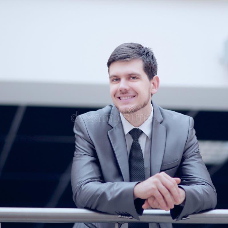 Position réussie d'homme d'affaires sur le balcon d'un bureau moderne photo stock