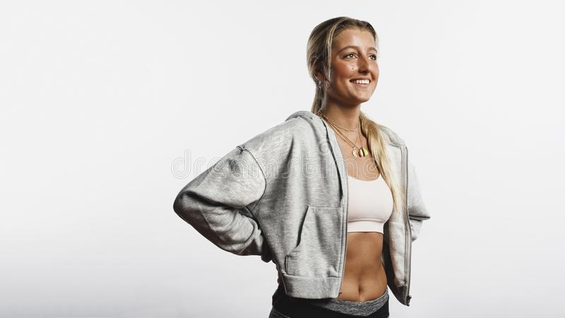 Position sportive de femme dans des vêtements de séance d'entraînement photos stock