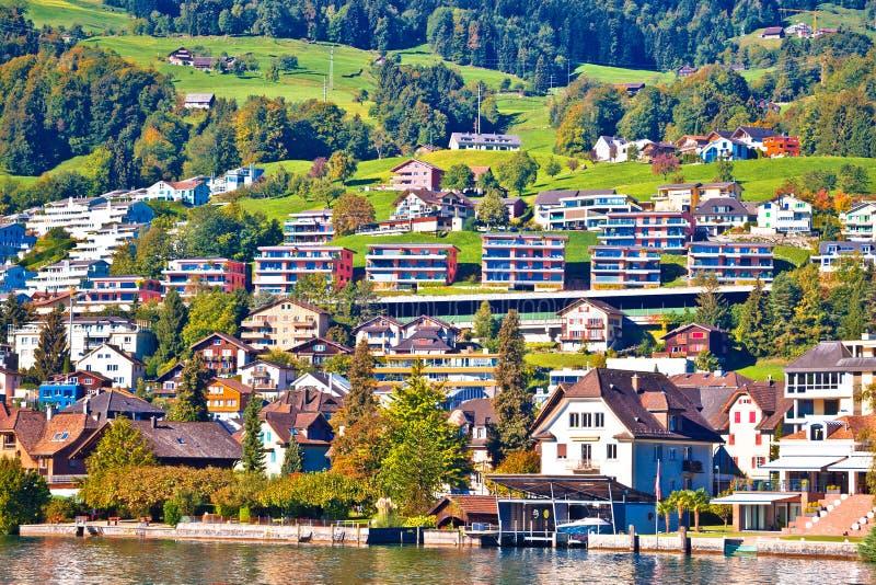 Position suisse moderne de bord de mer de village de bord de lac photo libre de droits