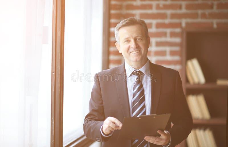 Position supérieure de sourire d'homme d'affaires avec le document dans le bureau photos libres de droits