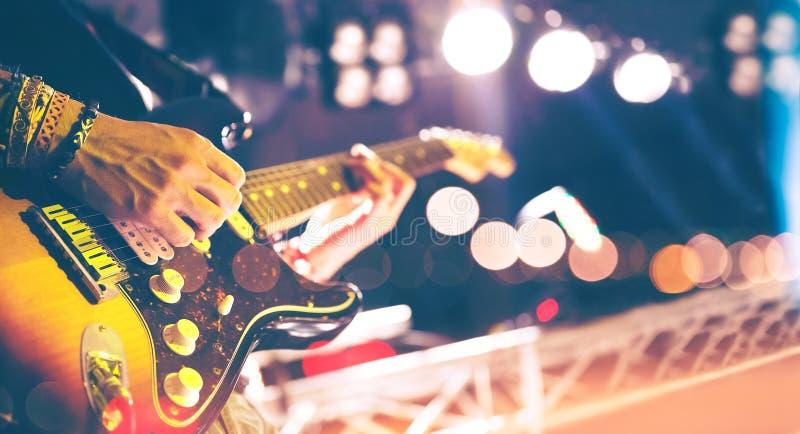 Positionieren Sie Leuchten Abstrakter musikalischer Hintergrund Spielen der Gitarre und conc lizenzfreie stockfotografie